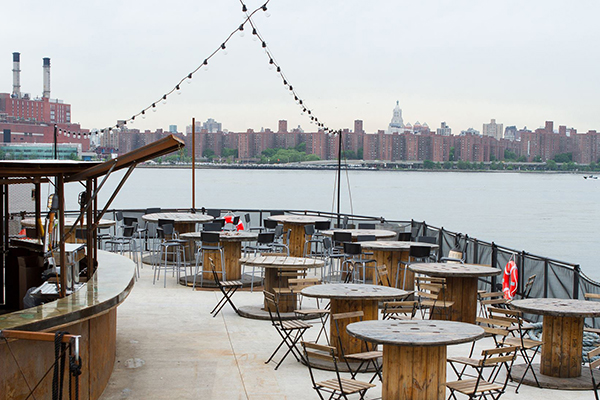 east-river-seafood-brooklyn-barge-exterior